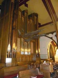 パイプオルガン 教会にこの規模のオルガンがという驚き。横にはティンパニーまで!